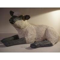 Agneau couché en fibre de verre, petit mouton tête noire de côté, animal de la ferme