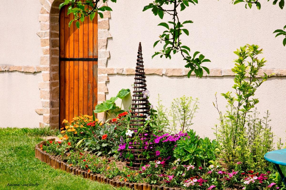 Obélisque-pyramid-métal-osier-plantes grimpantes-massif-pot-Nortène-Anima-Jardin.fr